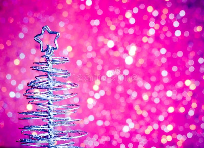 Primer del árbol de navidad moderno metálico en la tabla de madera imagen de archivo libre de regalías