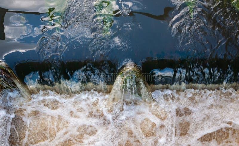 Primer del agua que remolina en un vertedero imágenes de archivo libres de regalías