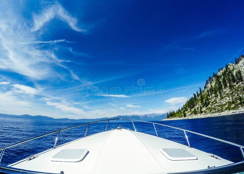 Primer del arco del barco en la orilla del sur del cielo azul hermoso de Taho del lago cerca de la montaña fotografía de archivo