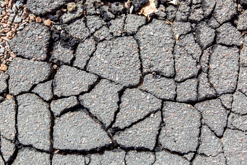 Primer del asfalto en la opinión superior de las grietas fotos de archivo
