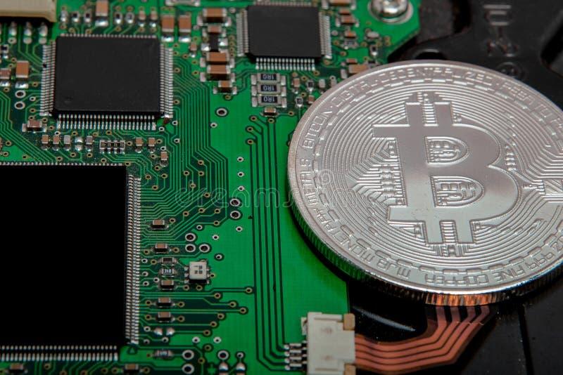 Primer del bitcoin, placa de circuito del ordenador con el procesador del bitcoin y microchipes Moneda electr?nica, rypto de las  foto de archivo libre de regalías