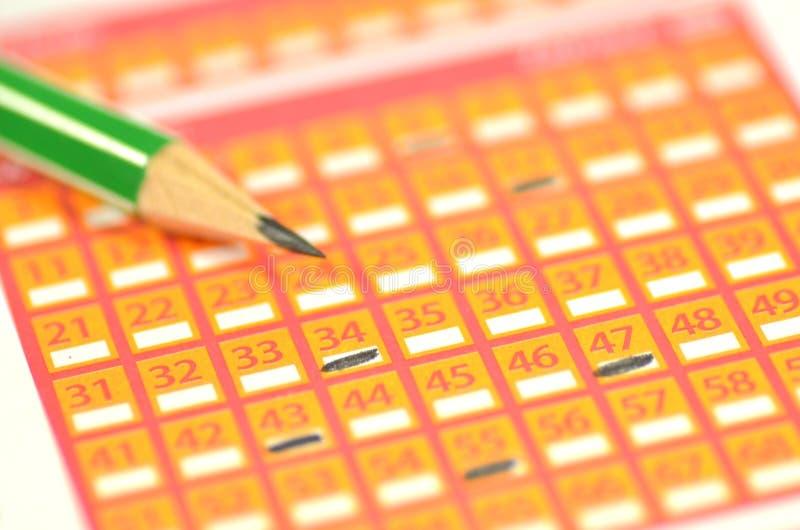 Primer del boleto y del lápiz de lotería fotos de archivo