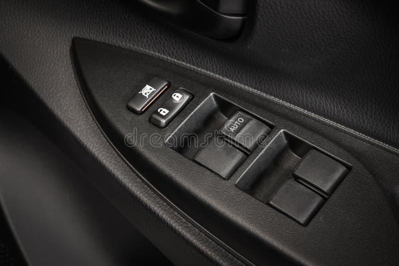 Primer del botón de cerradura de puerta de coche Botón de fijación eléctrico en moderno fotos de archivo