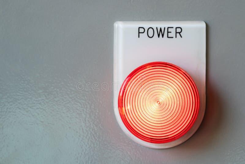 Primer del botón de encendido y de la luz roja imagenes de archivo