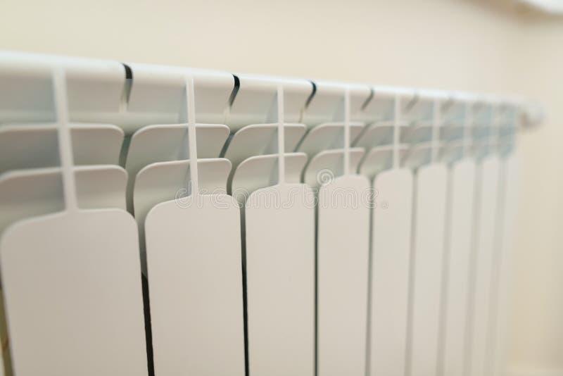 Primer del calentador blanco del radiador en el apartamento imágenes de archivo libres de regalías