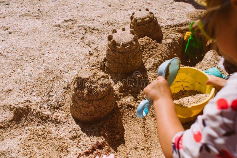 Primer del castillo del edificio del niño de la arena en la playa imágenes de archivo libres de regalías