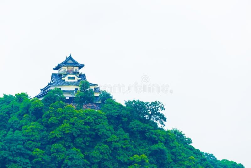 Primer del cielo del revestimiento de la fachada del castillo de Inuyama fotos de archivo