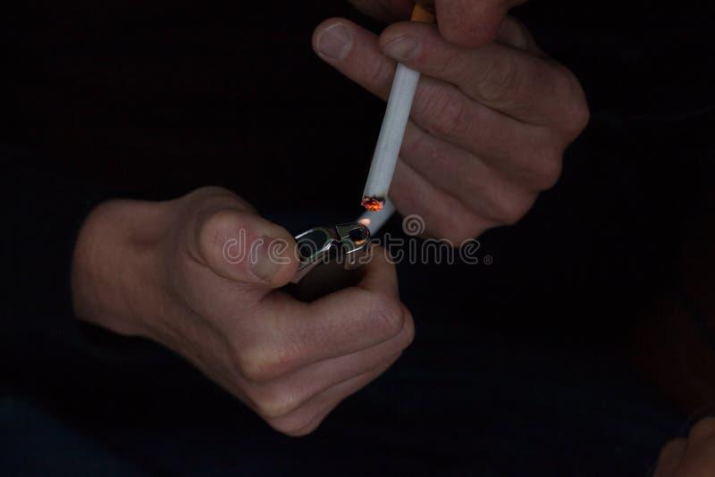 Primer del cigarrillo de la iluminación fotografía de archivo libre de regalías