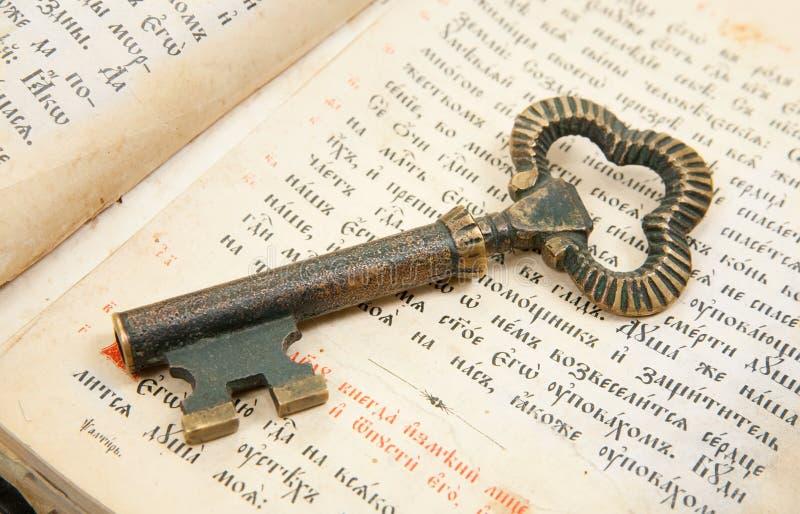 Primer del clave colocado en la biblia de la vendimia foto de archivo