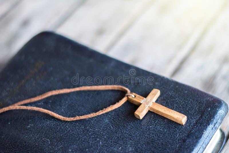 Primer del collar cruzado cristiano de madera simple fotos de archivo