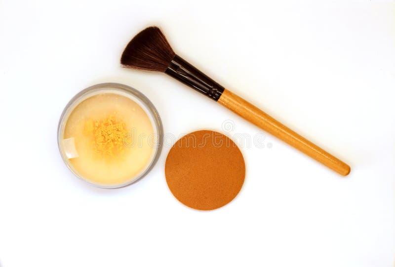 Primer del color de oro machacado del polvo del reflejo con maquillaje y fotos de archivo libres de regalías