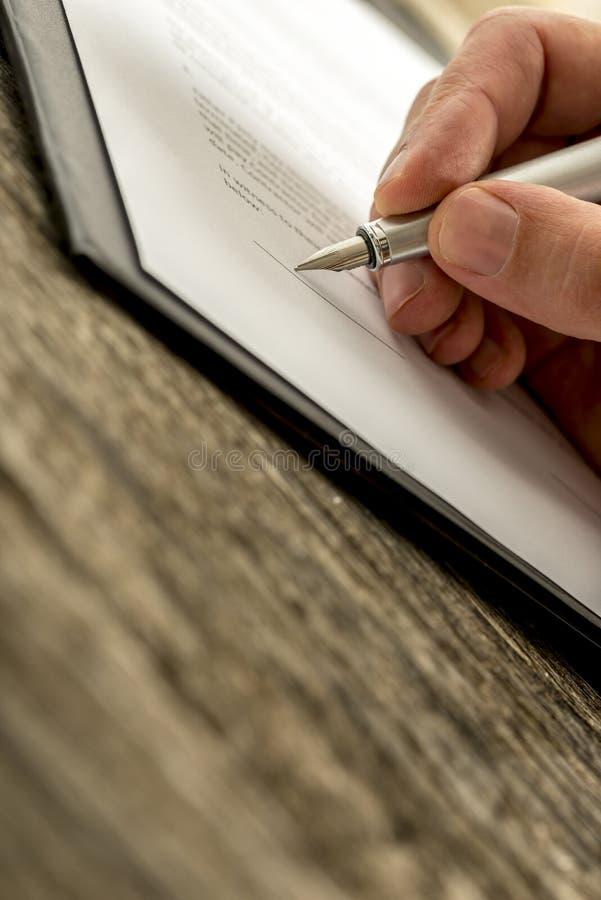 Primer del contrato de firma del negocio de la mano masculina, suscripción para fotos de archivo