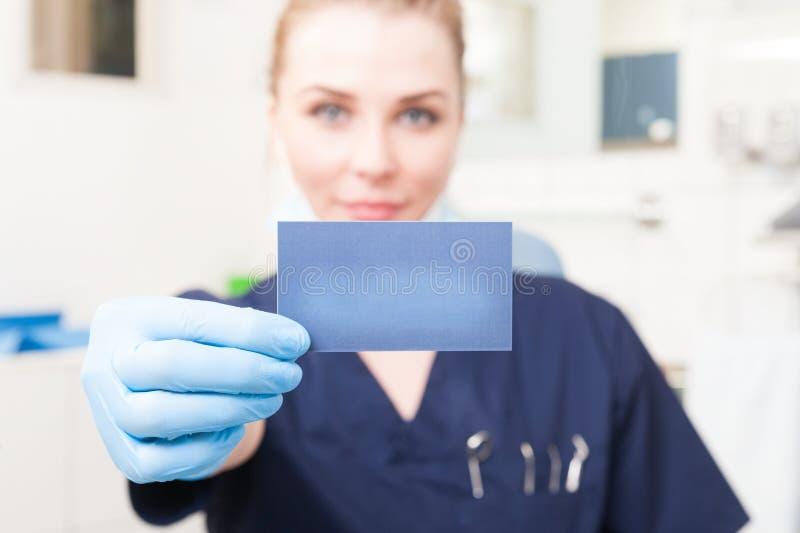 Primer del control de la tarjeta de visita del dentista de sexo femenino con el copyspace foto de archivo libre de regalías