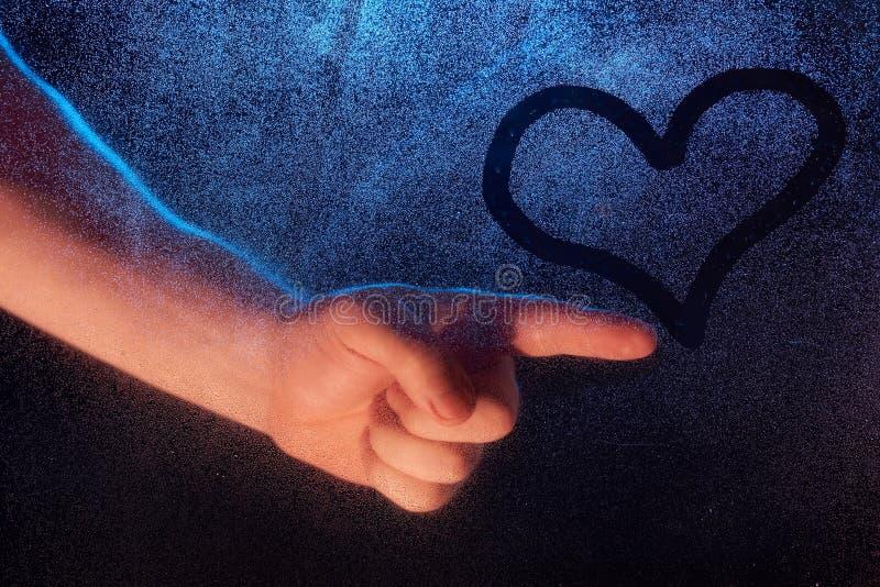 Primer del corazón del drenaje de la mano del hombre fotos de archivo