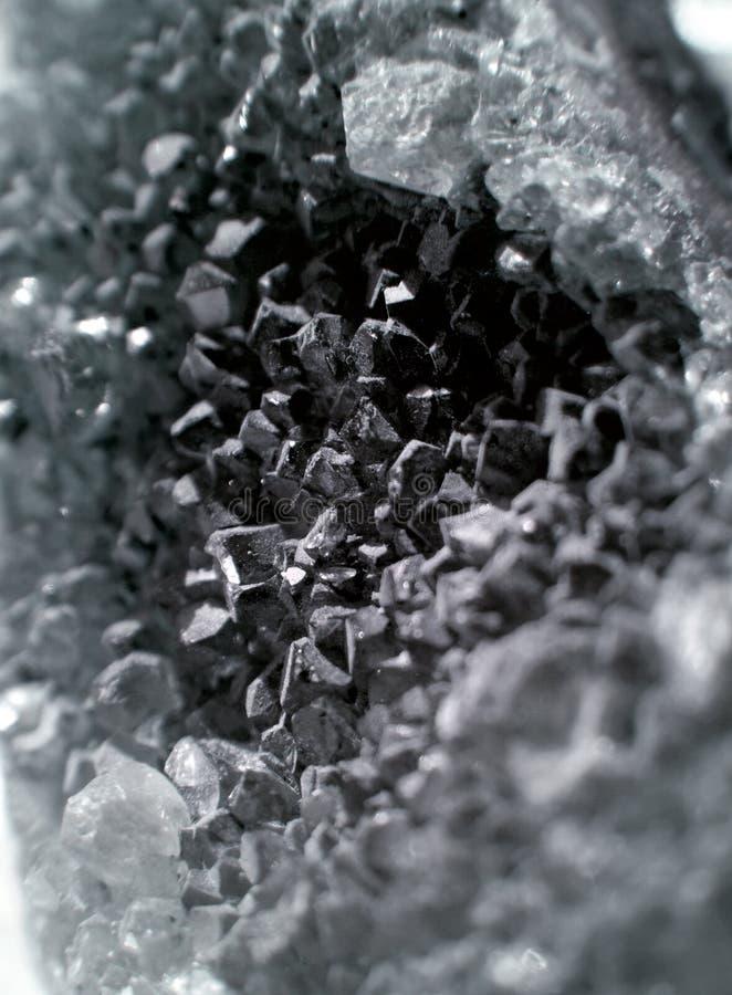Primer del cuarzo de la piedra preciosa como parte de geoda del racimo llenada de los cristales de roca fotografía de archivo