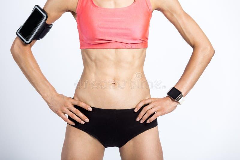Primer del cuerpo femenino deportivo hermoso foto de archivo libre de regalías