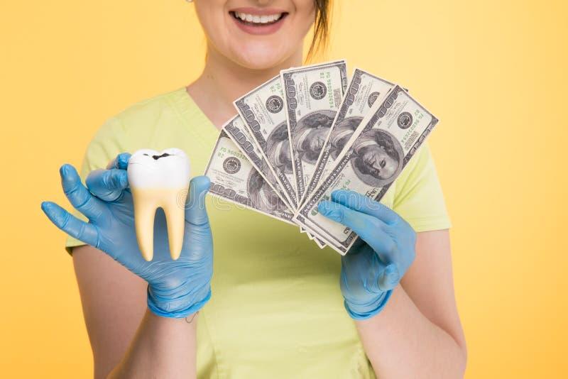 Primer del diente blanco de la tenencia de la mano de una persona imagen de archivo libre de regalías