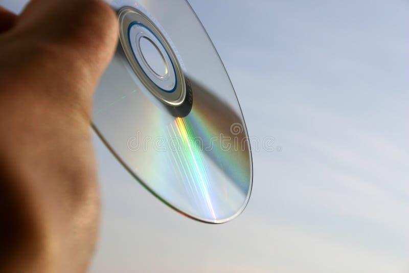 Primer del disco compacto contra el fondo del cielo fotos de archivo
