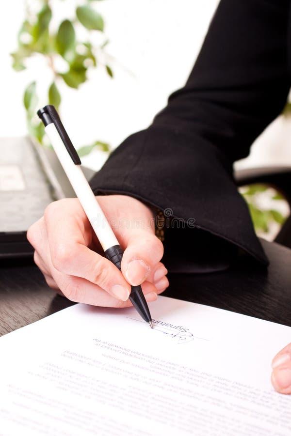 Primer del documento de firma fotografía de archivo libre de regalías