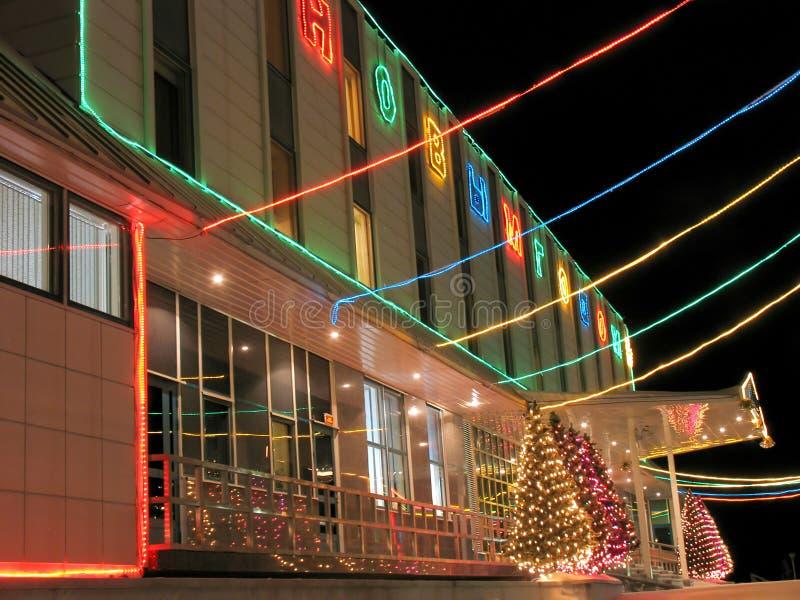 Primer del edificio de oficinas del pórtico. Año Nuevo. Árbol de navidad adornado con las guirnaldas. imagenes de archivo