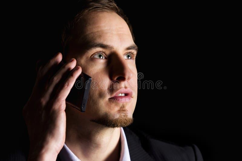 Primer del ejecutivo de operaciones en el teléfono celular. imagen de archivo