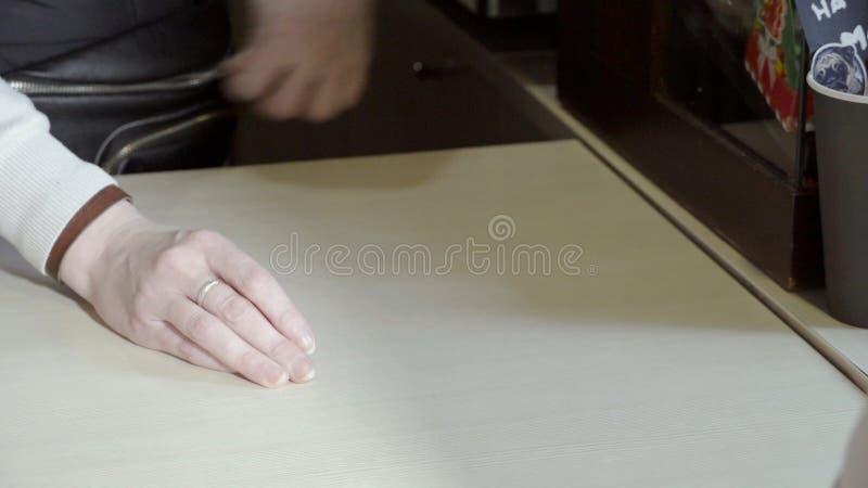 Primer del empleado del café que da bebidas El camarero sirve al cliente que da dos bebidas en tazas y que espera el siguiente imágenes de archivo libres de regalías