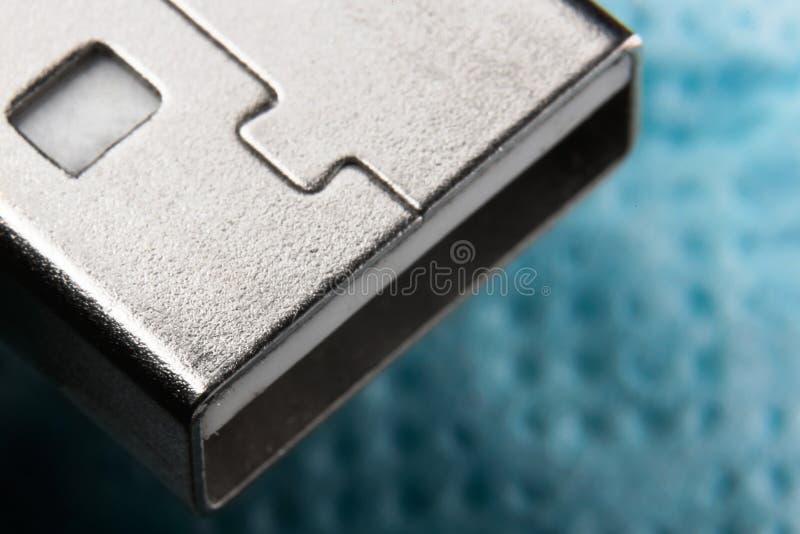 Primer del enchufe del Usb en fondo azul foto de archivo