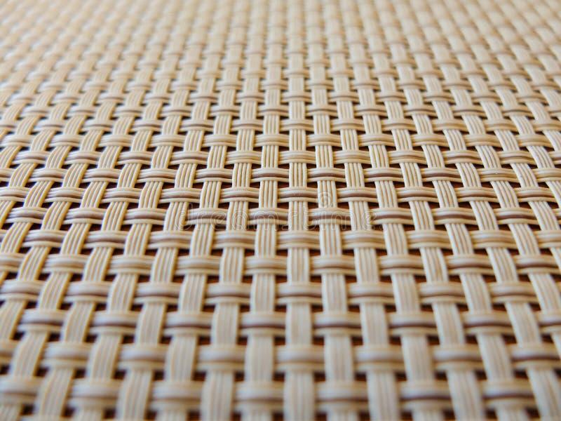 Primer del enrejado plástico de la tela beige, textura de la rejilla; el modelo de líneas entretejidas horizontales y verticales  foto de archivo libre de regalías