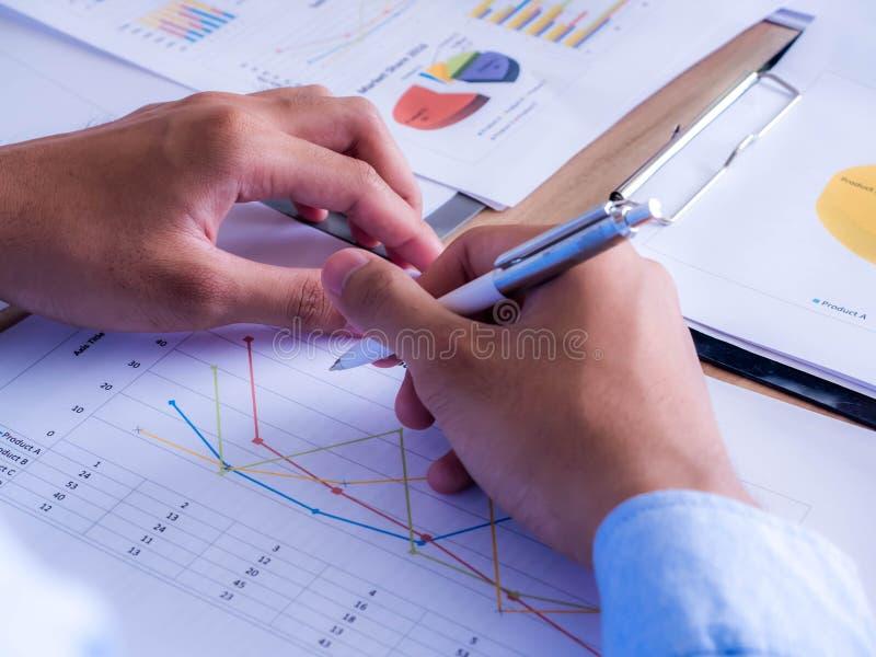 Primer del equipo del negocio usando pluma con el diagrama financiero y Crecimiento de la compañía foto de archivo libre de regalías