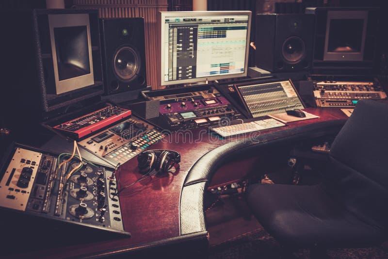 Primer del escritorio de control del estudio de grabación imágenes de archivo libres de regalías