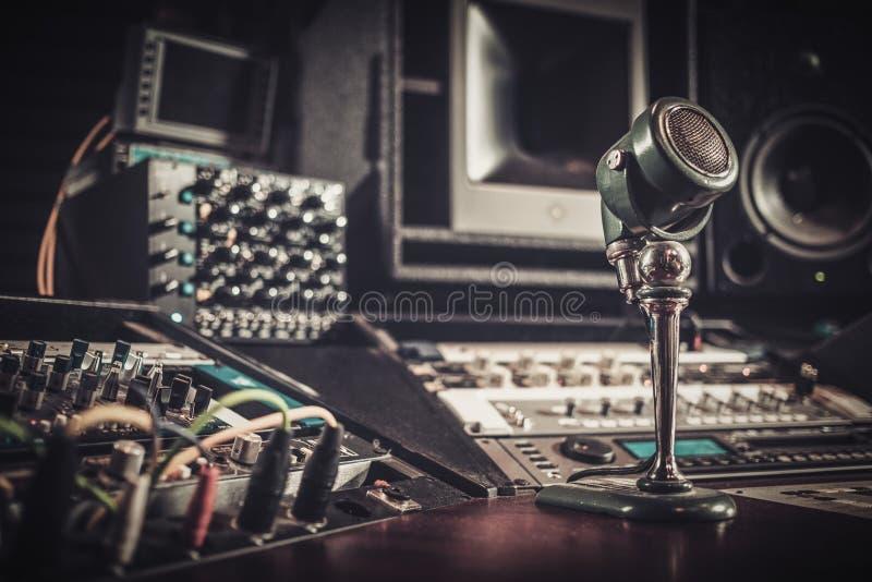 Primer del escritorio de control del estudio de grabación del boutique fotografía de archivo