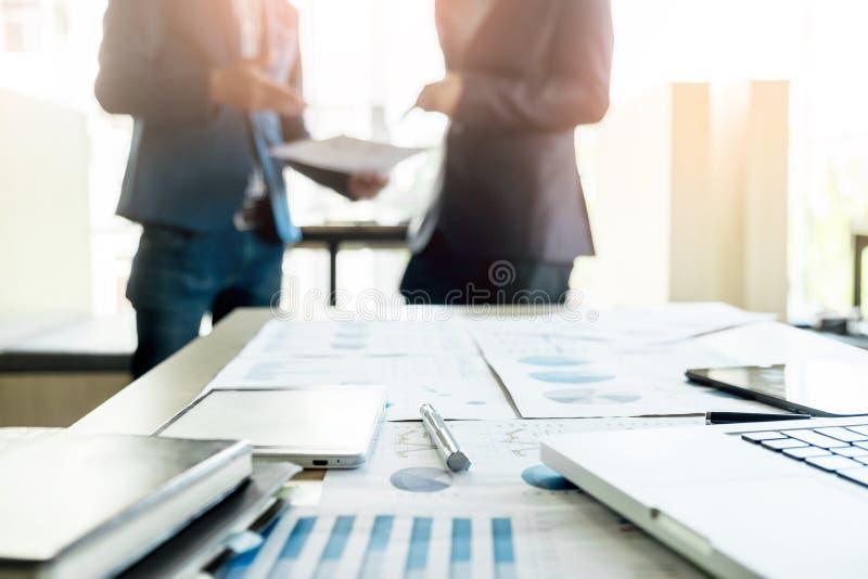 Primer del escritorio de oficina con el proj discussting del trabajo del equipo del negocio imagen de archivo libre de regalías