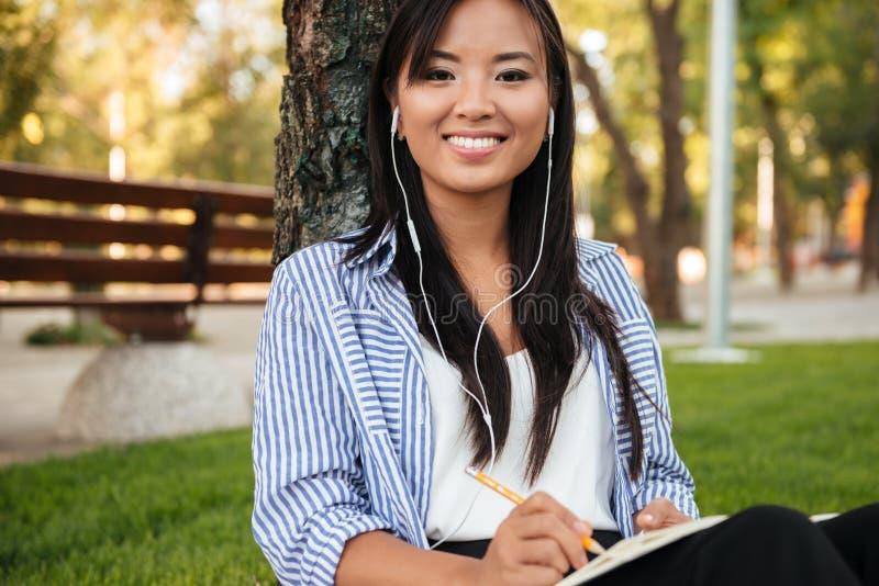 Primer del estudiante asiático hermoso que escucha la música, l fotografía de archivo libre de regalías
