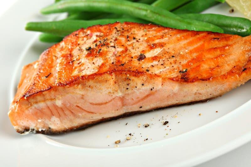 Primer del filete de color salmón asado a la parilla con las habas verdes imagen de archivo libre de regalías
