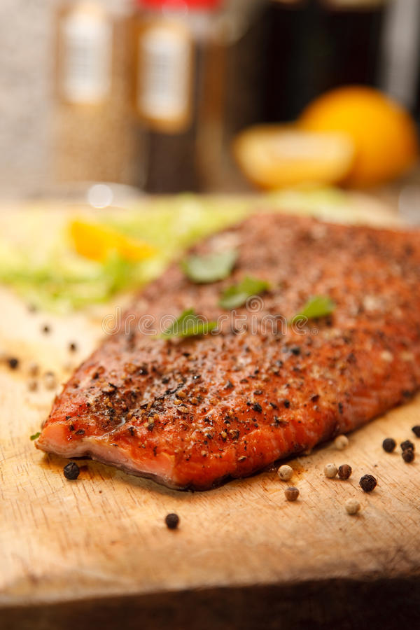 Primer del filete de color salmón fumado fotos de archivo