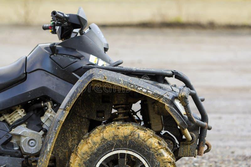 Primer del frente del quadbike sucio negro de ATV imagenes de archivo