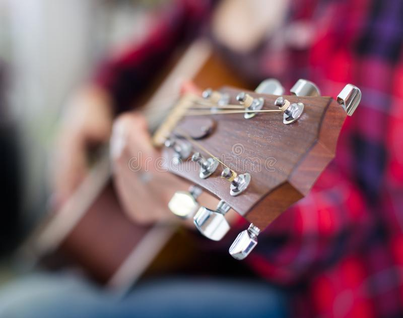 Primer del fretboard de madera de la guitarra fotografía de archivo libre de regalías