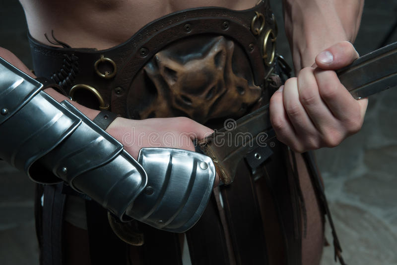 Primer del gladiador que sostiene la espada imagenes de archivo
