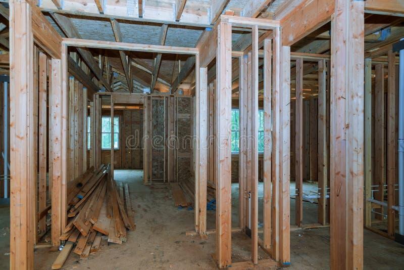 Primer del haz construido a casa debajo de la construcci?n y del cielo azul con el marco de madera del braguero, del poste y del  imagen de archivo libre de regalías
