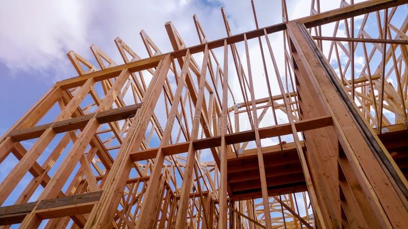 Primer del haz construido a casa debajo de la construcci?n y del cielo azul con el marco de madera del braguero, del poste y del  imágenes de archivo libres de regalías