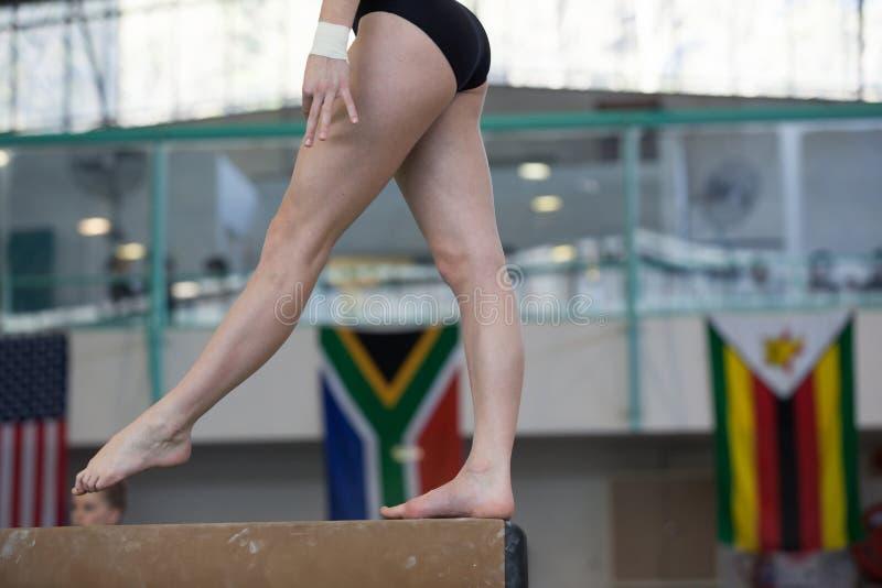 Primer del haz de las piernas de los pies de la muchacha de los gimnastas fotos de archivo