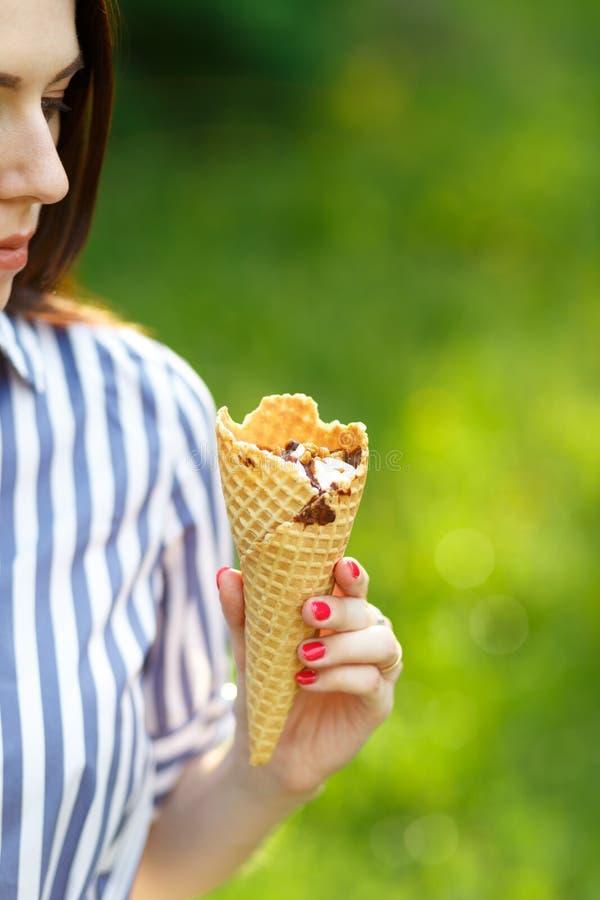 Primer del helado Muchacha hermosa joven con el pelo que fluye largo que sostiene el helado foto de archivo libre de regalías