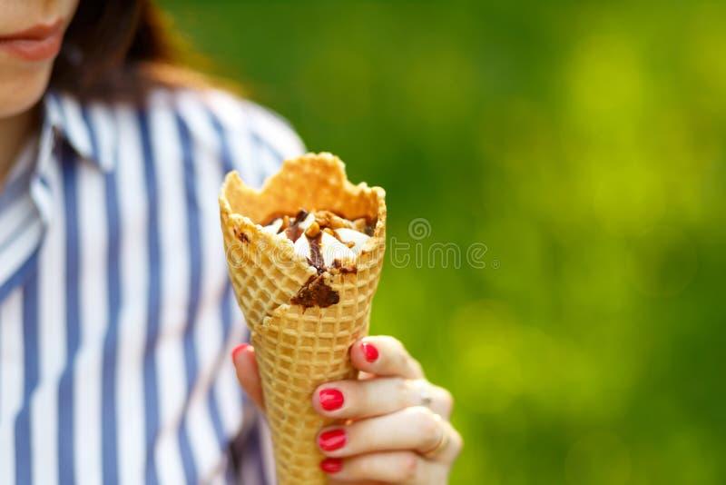 Primer del helado Muchacha hermosa joven con el pelo que fluye largo que sostiene el helado fotografía de archivo libre de regalías