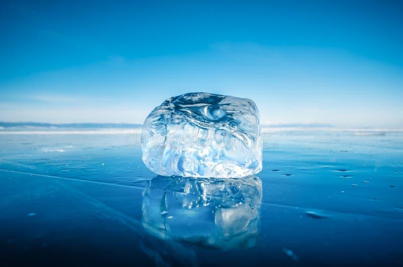 Primer del hielo de fractura natural en agua congelada en el lago Baikal, Siberia, Rusia imagenes de archivo