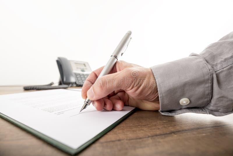 Primer del hombre de negocios o abogado que firma un contrato importante, imagen de archivo libre de regalías