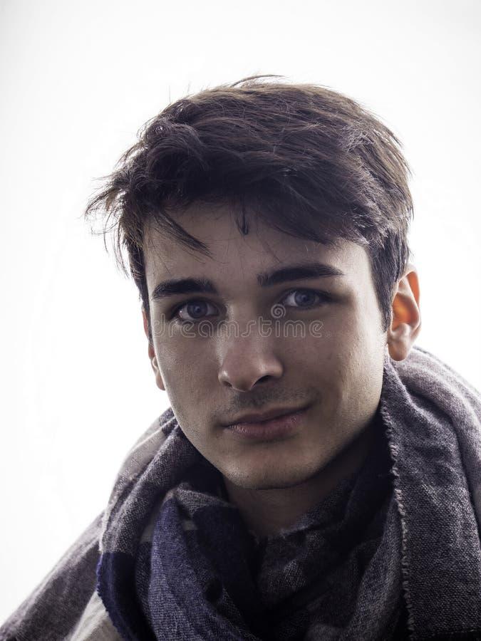 Primer del hombre joven hermoso en estudio imagen de archivo