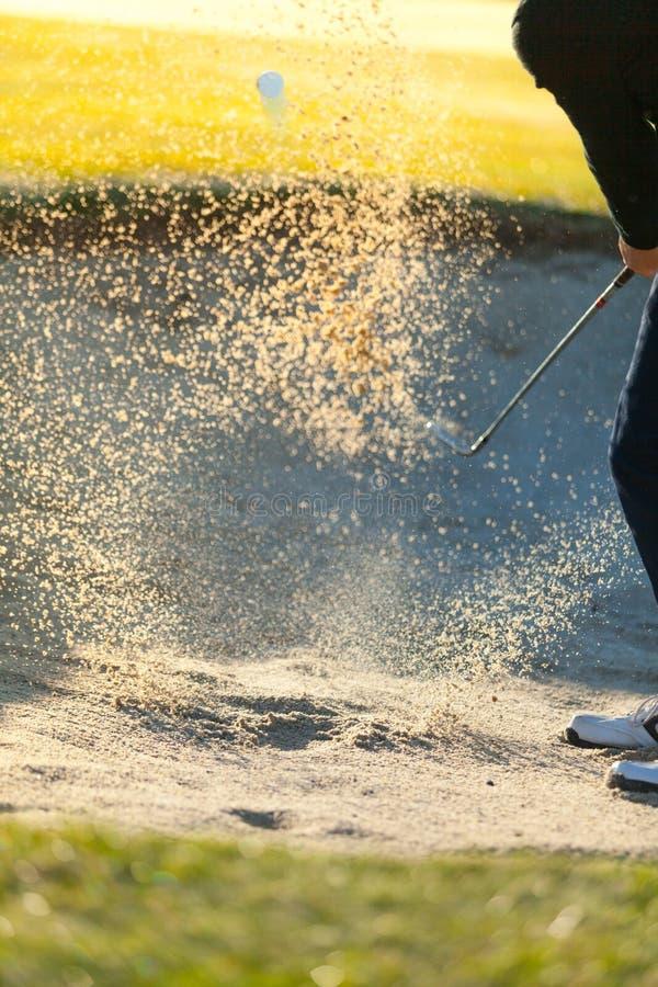 Primer del hombre que juega a golf en curso verde imagen de archivo libre de regalías