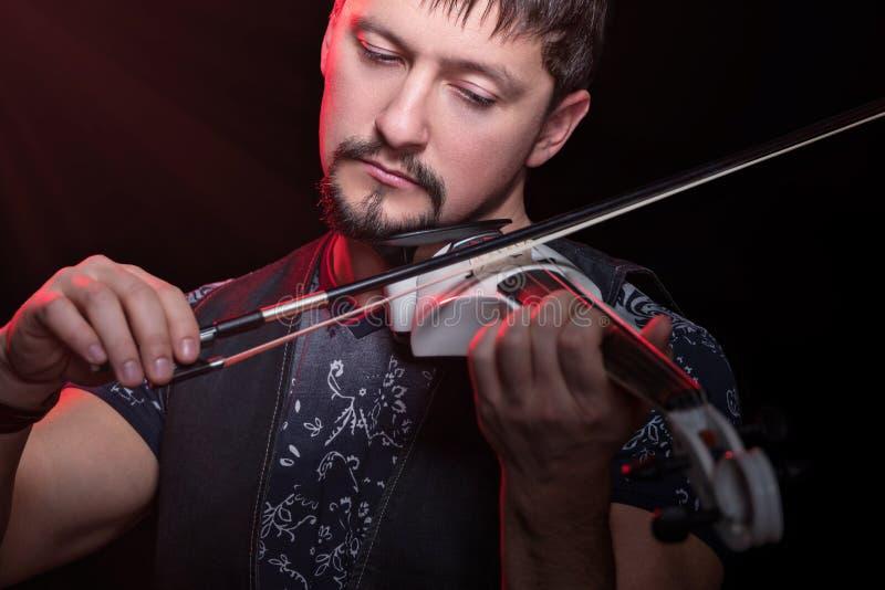 Primer del hombre que toca el violín imagenes de archivo