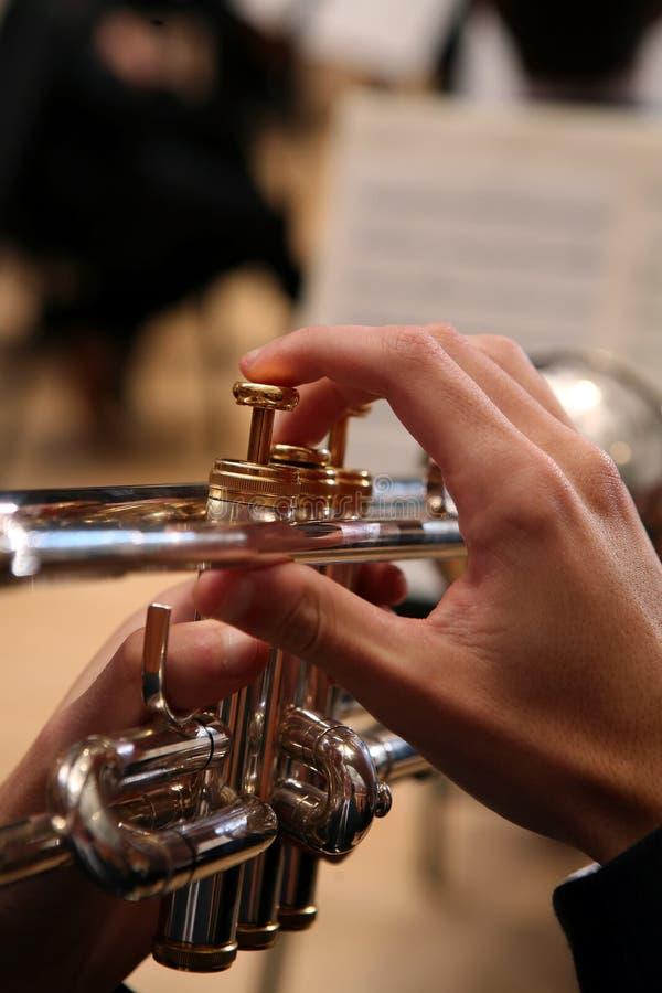 Primer del hombre que toca la trompeta fotografía de archivo libre de regalías