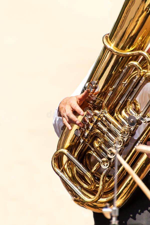 Primer del jugador de la tuba en la calle Presentación de la banda de metales El instrumento de la tuba de la banda de metales imagen de archivo